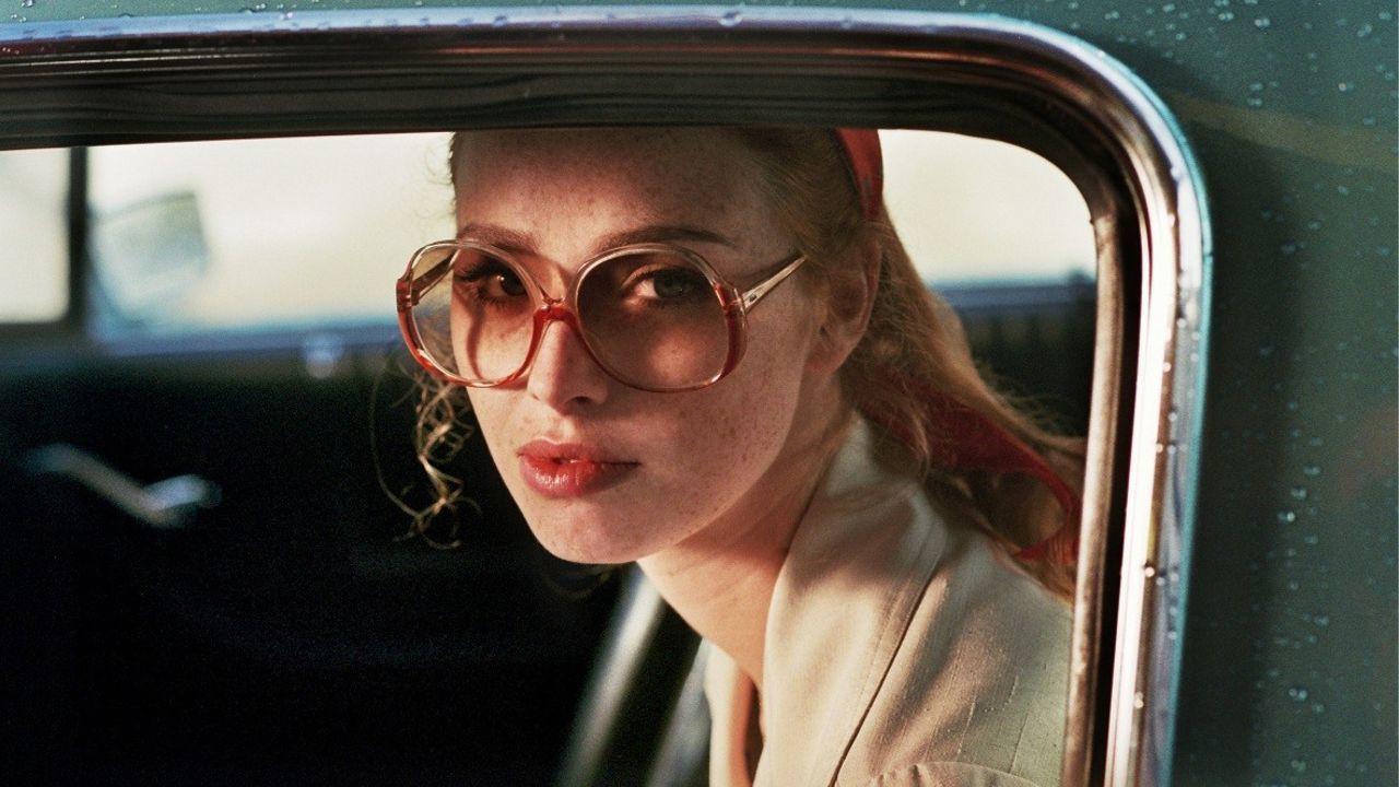 la dame dans l auto avec des lunettes et un fusil 2015 film cin s ries. Black Bedroom Furniture Sets. Home Design Ideas