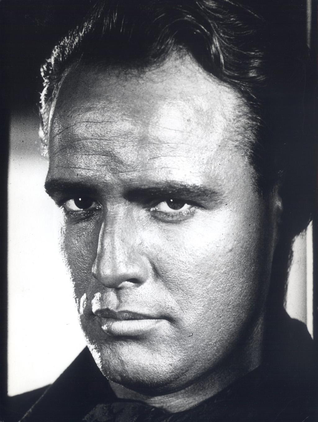 Leben und Filmkarriere Jugend und Schulzeit Marlon Brando wurde 1924 im amerikanischen Mittleren Westen in Omaha Nebraska als jüngstes von drei Geschwistern geboren